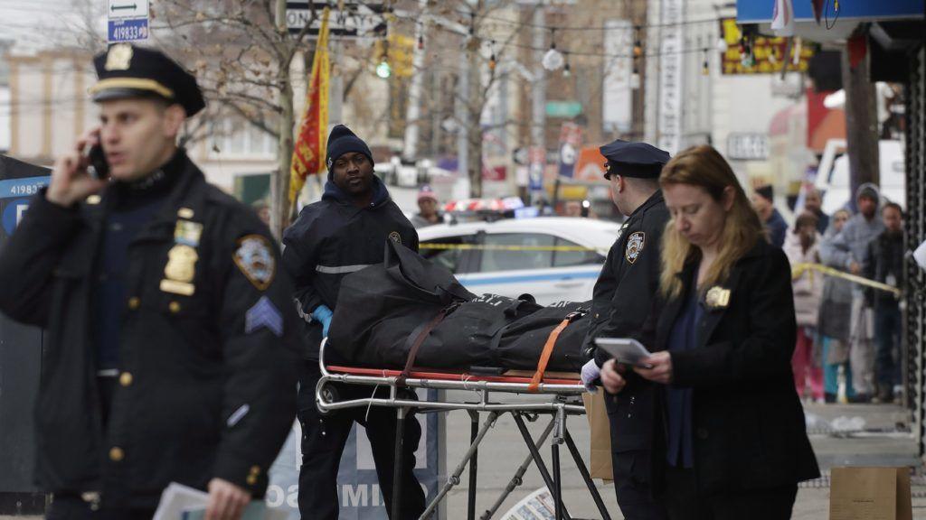 New York, 2017. december 3. Rendõrök egy letakart holttestet szállítanak el New York Queens negyedének egyik vízipipa bárja elõl 2017. december 3-án, miután egy jármû sofõrje szándékosan a szórakozóhely elõtt kitört dulakodás résztvevõi közé hajtott. Az incidens során egy ember életét vesztette, öten megsérültek. (MTI/AP/Mark Lennihan)