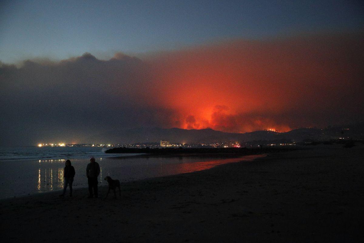 Ventura, 2017. december 6.A kaliforniai Venturában pusztító erdőtűz lángja festi vörösre az eget 2017. december 5-én. Eddig több mint 18 ezer hektár vált a lángok martalékává és 27 ezer embernek kellett elhagynia az otthonát. (MTI/AP/Jae C. Hong)