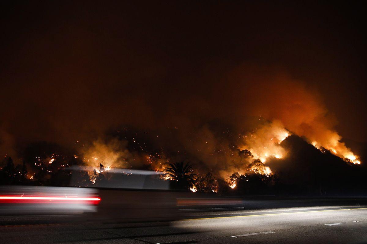 Oak View, 2017. december 6.Erdőtűz pusztít a kaliforniai Oak View-ban 2017. december 5-én. Eddig több mint 18 ezer hektár vált a lángok martalékává és 27 ezer embernek kellett elhagynia az otthonát. (MTI/AP/Jae C. Hong)