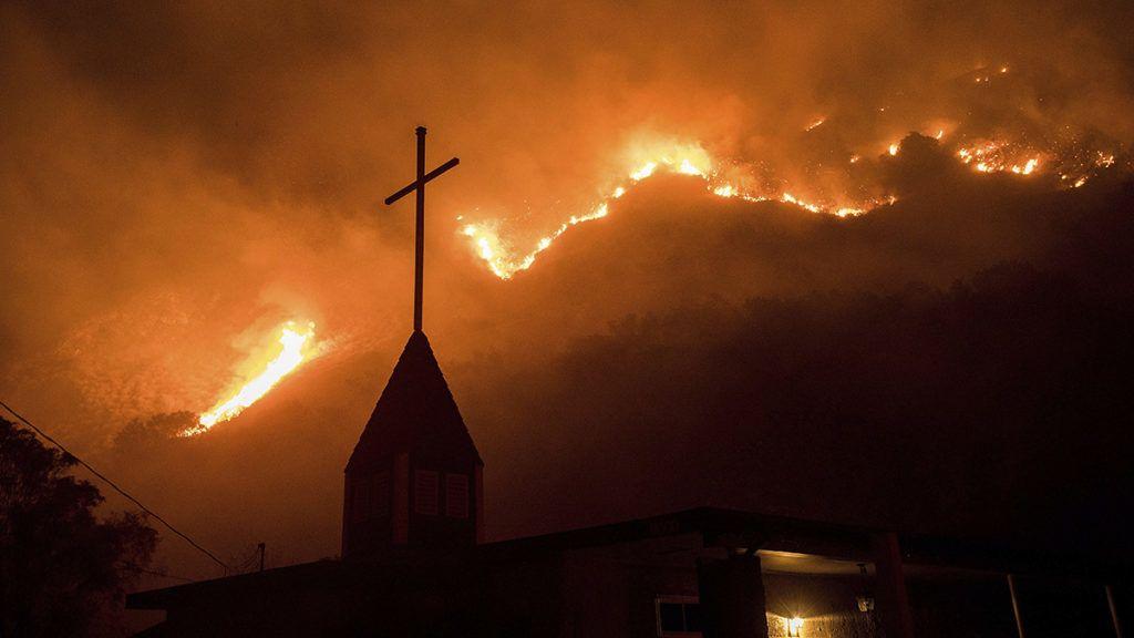 Casitas Springs, 2017. december 6.Erdőtűz pusztít a kaliforniai Casitas Springsben 2017. december 5-én. Eddig több mint 18 ezer hektár vált a lángok martalékává és 27 ezer embernek kellett elhagynia az otthonát. (MTI/AP/Noah Berger)