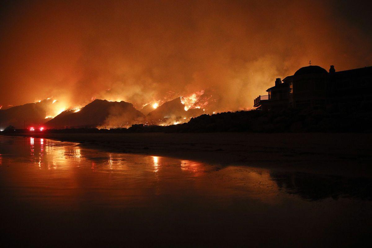 Ventura, 2017. december 6.Erdőtűz pusztít a kaliforniai Venturában 2017. december 5-én. Eddig több mint 18 ezer hektár vált a lángok martalékává és 27 ezer embernek kellett elhagynia az otthonát. (MTI/AP/Jae C. Hong)