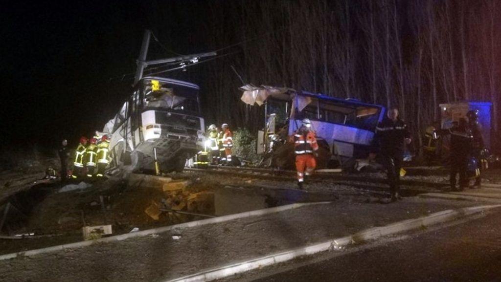 Millas, 2017. december 14. A France Bleu által közreadott képen mentõegységek dolgoznak egy baleset helyszínén, ahol egy középiskolásokat szállító busz vonattal ütközött egy vasúti átjárónál a délnyugat-franciaországi Millasnál 2017. december 14-én. Négy diák életét vesztette, tizenkilencen megsérültek, többen életveszélyesen. (MTI/AP/France Bleu/Matthieu Ferri)