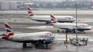 London, 2013. január 19. A járattörlések következtében a British Airways légitársaságnak a londoni Heathrow repülõtéren veszteglõ repülõgépei 2013. január 19-én. A havazás és az erõs fagy miatt a tervezett 1300 járatból háromszázat törölni kellett, több ezren töltötték a repülõtéren az éjszakát. (MTI/EPA/Andy Rain)