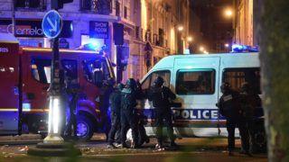 Párizs, 2015. november 13. Rendõrök egy túszejtés helyszínén, a párizsi Bataclan koncertteremnél 2015. november 13-án este. Legalább három helyen zajlott le lövöldözés ezen a napon este Párizs belsõ kerületeiben, az incidenseknek halálos áldozatai is vannak és több sebesültje. (MTI/EPA/Christophe Petit Tesson)