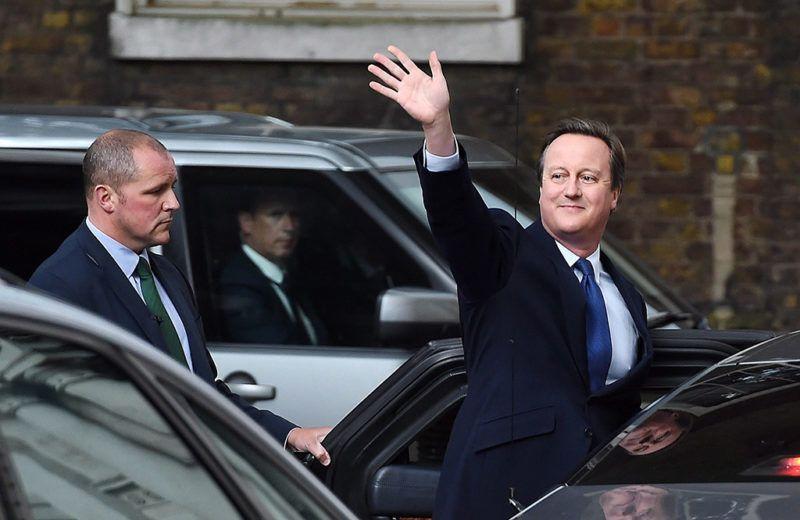 London, 2016. július 13.David Cameron leköszönő brit miniszterelnök integet a brit kormányfői rezidenciáról, a Downing Street 10-ből távozóban Londonban 2016. július 13-án. Ezen a napon Theresa May belügyminiszter átveszi a kormányfői tisztséget Camerontól, és ezzel az Egyesült Királyság második női miniszterelnöke lesz. Cameron azt követően mond le, hogy a brit EU-tagságról rendezett június 23-i népszavazáson a többség arra voksolt, hogy az Egyesült Királyság lépjen ki az Európai Unióból. (MTI/EPA/Andy Rain)