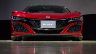 Tokió, 2016. augusztus 25. Bemutatják az új Honda NSX-et Tokióban 2016. augusztus 25-én. Az 1990-tõl 2005-ig gyártott elsõ generáció után, több mint 10 év szünetet követõen indul újra a Honda luxus sportautójának gyártása és forgalmazása. Az új NSX az ikerturbós hathengeres motor mellé elektromos hajtást is kapott, amelyhez egy kilencsebességes, duplakuplungos félautomata váltót és állandó összkerékhajtást társítottak. (MTI/EPA/Christopher Jue)