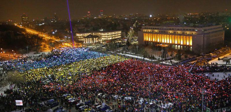 Bukarest, 2017. február 12.A szociálliberális román kormány ellen tüntetők mobiltelefonjuk fényének segítségével mutatják fel a román nemzeti színeket a bukaresti kormányépület előtt 2017. február 12-én. Bár a tömeges tiltakozások hatására a kabinet visszavonta a büntető törvénykönyvet és a perrendtartást módosító rendeletét, az esténkénti bukaresti tüntetések tizenharmadik napja folytatódnak, a tiltakozók a kormány lemondását követelik. (MTI/EPA/Vlad Chirea)