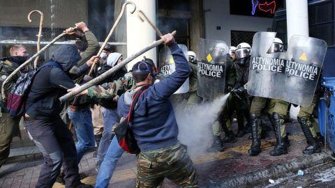 Athén, 2017. március 8.A görög kormány megszorító intézkedései ellen tüntető parasztgazdák és rohamrendőrök összecsapása az athéni földművelésügyi minisztériumnál tartott tiltakozáson 2017. március 8-án. (MTI/EPA/Oresztisz Panajotu)
