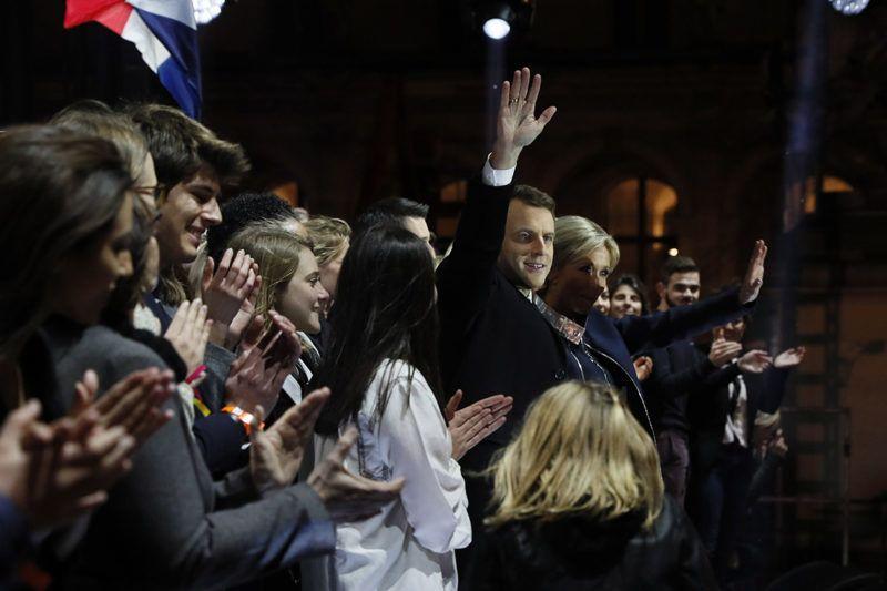 Párizs, 2017. május 7.Emmanuel Macron volt szocialista gazdasági miniszter a felesége, Brigitte társaságában integet támogatóinak a párizsi Louvre múzeumnál 2017. május 7-én, miután győzött a francia elnökválasztás második fordulójában. (MTI/EPA/AFP pool/Thomas Samson)