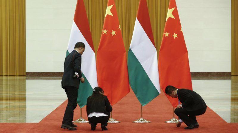 Peking, 2017. május 13. Kínai tisztviselõk elõkészítik a helyszínt Orbán Viktor miniszterelnök és Li Ko-csiang kínai kormányfõ találkozója elõtt a pekingi Nagy Népi Csarnokban 2017. május 13-án. (MTI/EPA/Thomas Peter/Pool)