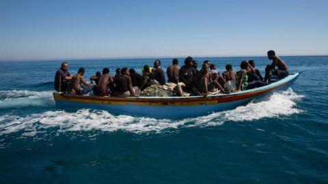 Guarabuli, 2017. július 9. Olaszországba indult illegális bevándorlók a líbiai partok elõtt, a Tripolitól keletre fekvõ Guarabuli térségében 2017. július 8-án, miután a líbiai parti õrség kimentette õket. A hatóság 85 migránst kimentett, mintegy 20 pedig eltûnt, amikor a csónakjuk bajba került a Földközi-tengeren. (MTI/EPA)
