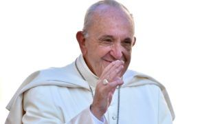 Vatikánváros, 2017. szeptember 20. Ferenc pápa heti általános audienciára érkezik a vatikáni Szent Péter térre 2017. szeptember 20-án. A katolikus egyházfõ szeptember 6. és 11. közötti kolumbiai látogatásán a pápamobilban elvesztette az egyensúlyát és beütötte az arcát. (MTI/EPA/Giorgio Onorati)
