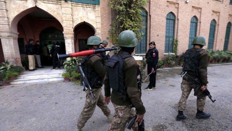 Pesavar, 2017. december 1. A pakisztáni biztonsági szolgálat tagjai a Pesavari Egyetemen, miután tálib fegyveresek megrohamozták az intézmény mezõgazdasági karát 2017. december 1-jén. A támadásban legkevesebb kilenc ember életét vesztette, tucatnyian megsérültek. (MTI/EPA/Arsad Arbab)