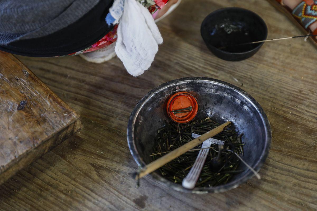 """Buscalan, 2017. december 1.A pomelo gyümölcsfa tüskéi Whang-od Fülöp-szigeteki tetoválóművész műhelyében, a Manilától mintegy 400 kilométerre, északra fekvő hegyi faluban, Buscanban 2017. november 29-én. Az ősi kalinga törzshöz tartozó """"mambabatok"""", azaz tetoválóművész korát 94 és 99 év közöttire teszik. Whang-od a mai napig szénport és a pomela gyümölcsfa tüskéit használja munkái elkészítéséhez. Munkássága és az ősi hagyományok ápolása miatt a nemzet művésze kitüntetésre is várományos. (MTI/EPA/Rolex Dela Pena)"""
