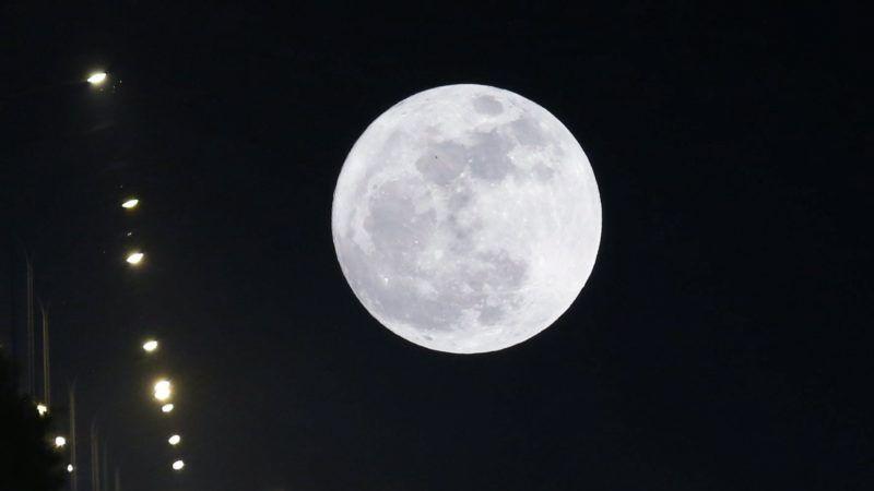 Najpjido, 2017. december 3. Közeli telihold, úgynevezett szuperhold ragyog a mianmari fõváros, Najpjido felett 2017. december 3-án. A szuperhold kifejezés az ellipszis alakú holdpálya Földhöz legközelebbi pontján bekövetkezõ telihold fázist jelöli, amikor az égitest a pályájának legtávolabbi pontjához képest nagyjából ötvenezer kilométerrel közelebb van a Földhöz, ezért az átlagosnál mintegy 14 százalékkal nagyobbnak látszik. (MTI/EPA/Hein Htet)
