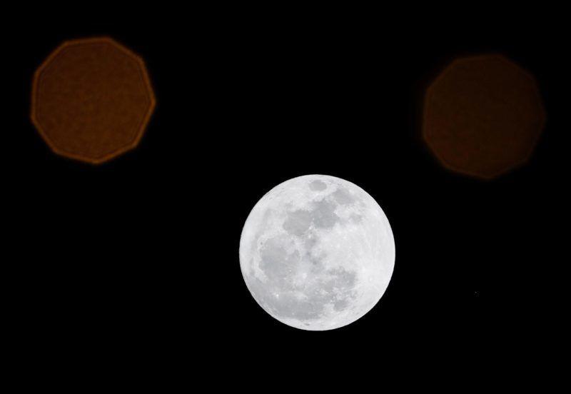Manila, 2017. december 3. Közeli telihold, úgynevezett szuperhold ragyog a Fülöp-szigetek  fõvárosa, Manila felett 2017. december 3-án. A szuperhold kifejezés az ellipszis alakú holdpálya Földhöz legközelebbi pontján bekövetkezõ telihold fázist jelöli, amikor az égitest a pályájának legtávolabbi pontjához képest nagyjából ötvenezer kilométerrel közelebb van a Földhöz, ezért az átlagosnál mintegy 14 százalékkal nagyobbnak látszik. (MTI/EPA/Mark R. Cristino)