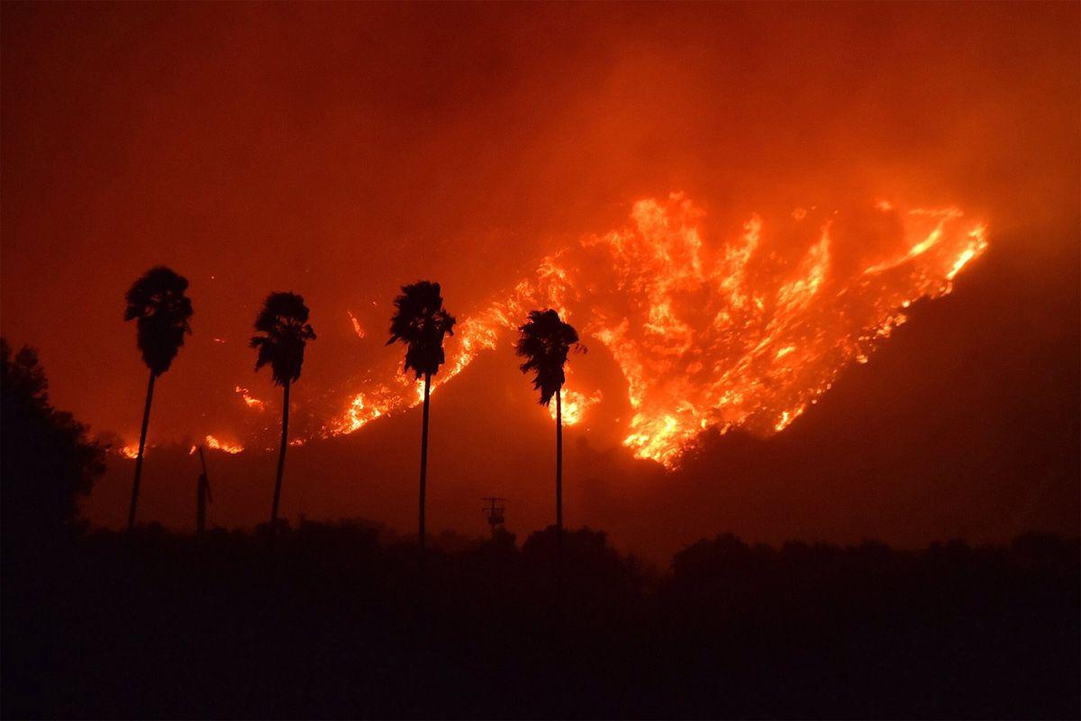 Ventura, 2017. december 5.A Ventura megyei tűzoltóság által 2017. december 5-én közreadott képen erdőtűz pusztít a Kalifornia állambeli Venturában december 4-én. Eddig több mint 12 ezer hektár vált a lángok martalékává és 25 ezer embernek kellett elhagynia otthonát. (MTI/EPA/Ventura megyei tűzoltóság)