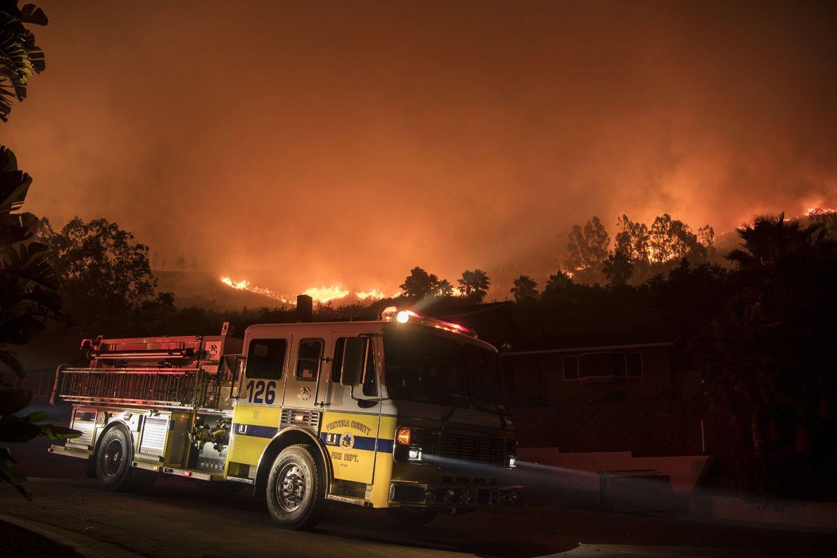 Ventura, 2017. december 5.Tűzoltóautó a kaliforniai Ventura megyében pusztító erdőtűz pereménél 2017. december 5-én. Fél nap alatt több mint 12 ezer hektár vált a lángok martalékává és 25 ezer embernek kellett elhagynia az otthonát. (MTI/EPA/John Cetrino)