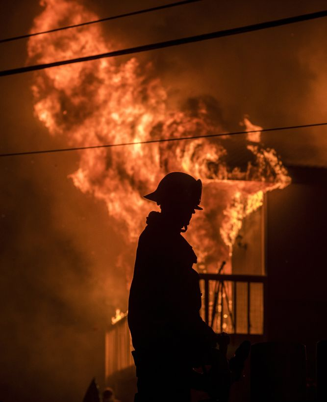 Ventura, 2017. december 5.A kaliforniai Ventura megyében pusztító, lakóépületekre átterjedt erdőtűz oltásában vesz részt egy szakember 2017. december 5-én. Fél nap alatt több mint 12 ezer hektár vált a lángok martalékává és 25 ezer embernek kellett elhagynia az otthonát. (MTI/EPA/John Cetrino)