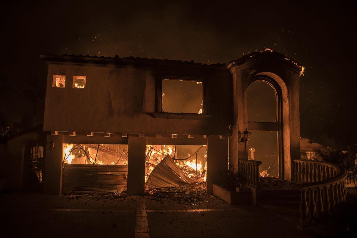 Ventura, 2017. december 5.A kaliforniai Ventura megyében pusztító erdőtűz perzseli az épületek egyikét 2017. december 5-én. Fél nap alatt több mint 12 ezer hektár vált a lángok martalékává és 25 ezer embernek kellett elhagynia az otthonát. (MTI/EPA/John Cetrino)