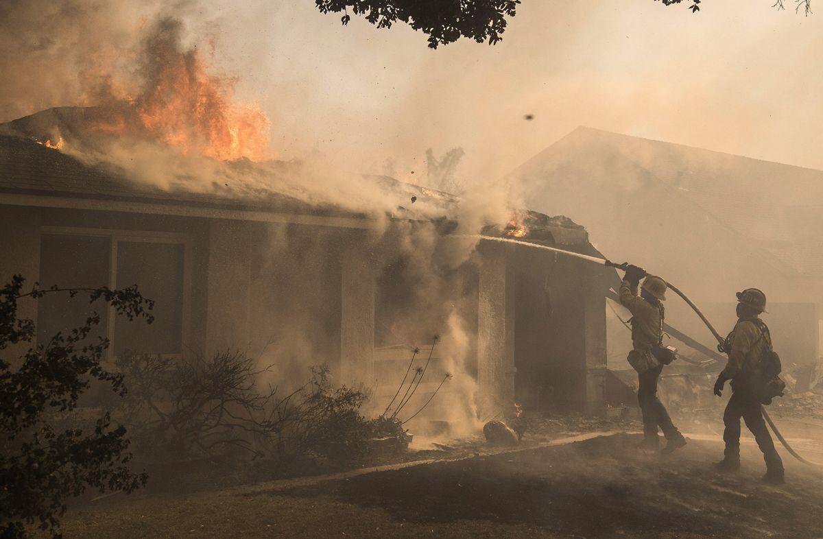 Ventura, 2017. december 6.Tűzoltók dolgoznak a lángok megfékezésén a kaliforniai Ventura megyében pusztító erdőtűz idején, 2017. december 5-én. Eddig több mint 18 ezer hektár vált a lángok martalékává és 27 ezer embernek kellett elhagynia az otthonát. (MTI/EPA/John Cetrino)