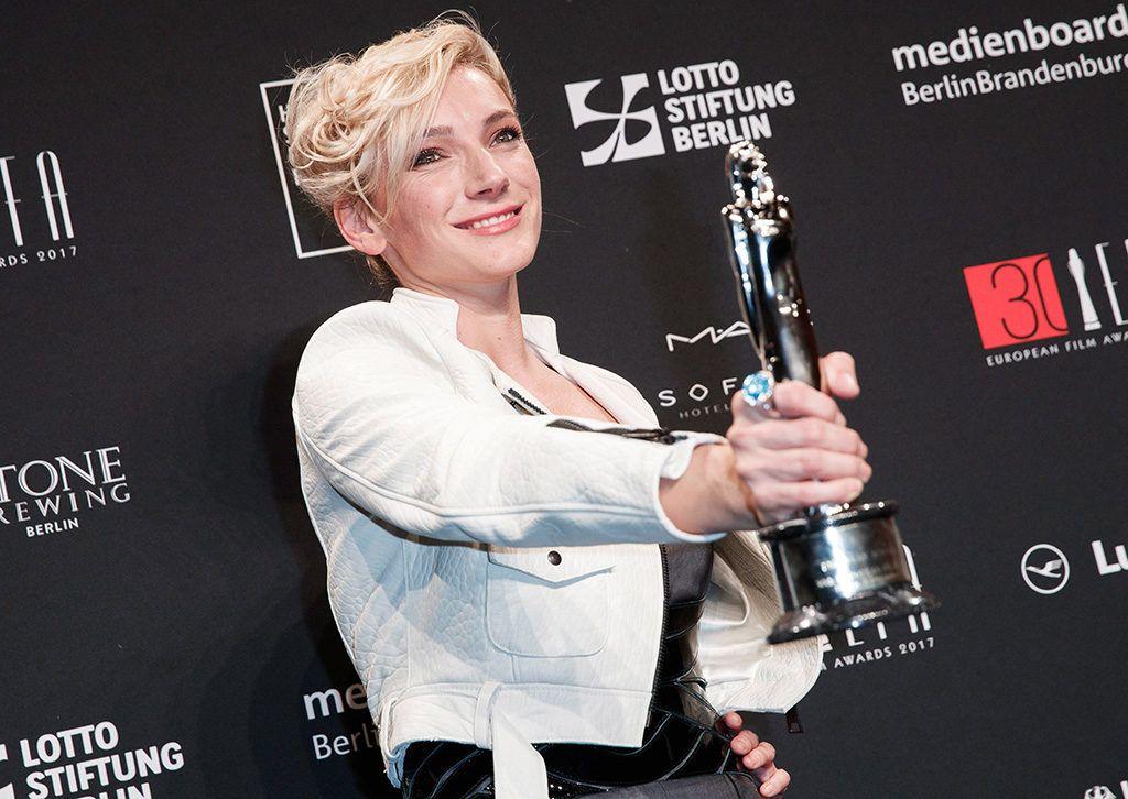 Berlin, 2017. december 9.Borbély Alexandra színész kezében a legjobb női főszereplőnek járó elismeréssel az Európai Filmdíjak átadási ünnepségén Berlinben 2017. december 9-én. Borbély Enyedi Ildikónak a Testről és lélekről című filmjében nyújtott alakításáért kapta az elismerést. (MTI/EPA/Hayoung Jeon)