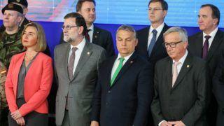 Brüsszel, 2017. december 14.  Federica Mogherini, az Európai Unió kül- és biztonságpolitikai fõképviselõje, Mariano Rajoy spanyol kormányfõ, Orbán Viktor miniszterelnök és Jean-Claude Juncker, az Európai Bizottság elnöke (elsõ sor, b-j) az Európai Tanács ülése mentén tartott állandó strukturált együttmûködés (PESCO) elnevezésû védelmi megállapodás 25 tagállama vezetõinek találkozóján a brüsszeli Európa-épületben 2017. december 14-én. (MTI/EPA/Stephanie Lecocq)