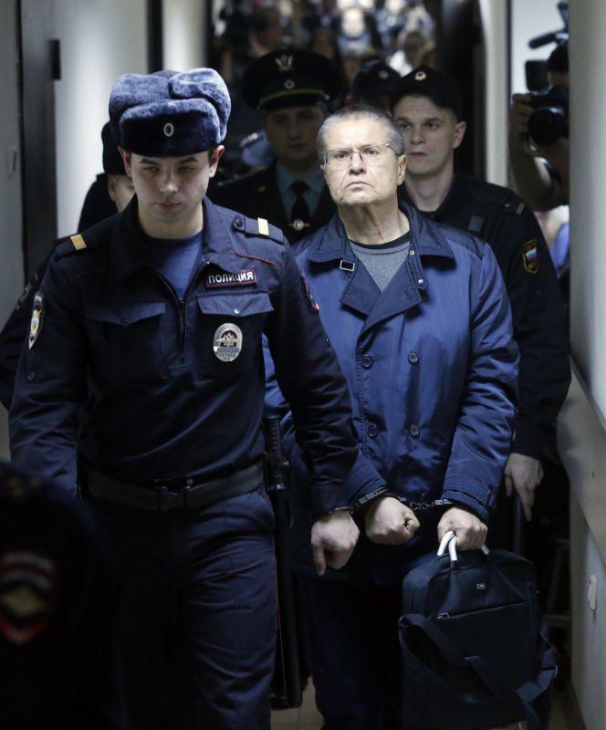 Moszkva, 2017. december 15. Bilincsben vezetik el Alekszej Uljukajev korrupcióval vádolt volt orosz gazdaságfejlesztési minisztert, miután a moszkvai kerületi bíróság bûnösnek találta vesztegetés elfogadásában 2017. december 15-én. Uljukajevet nyolcévi szigorított szabadságvesztésre és 130 millió rubel (mintegy 585 millió forint) pénzbírságra ítélték. (MTI/EPA/Szergej Csirikov)