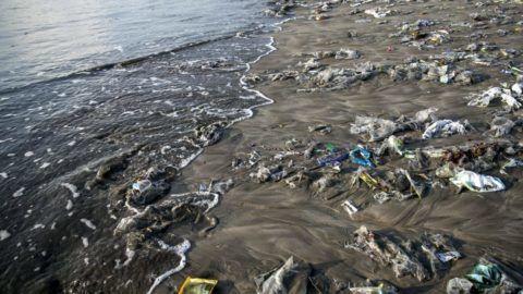 Denpasar, 2017. december 15. Partra sodort mûanyaghulladék borítja a Bali indonéz sziget Denpasar városának Kuta nevû strandját 2017. december 15-én. (MTI/EPA/Madi Nagi)