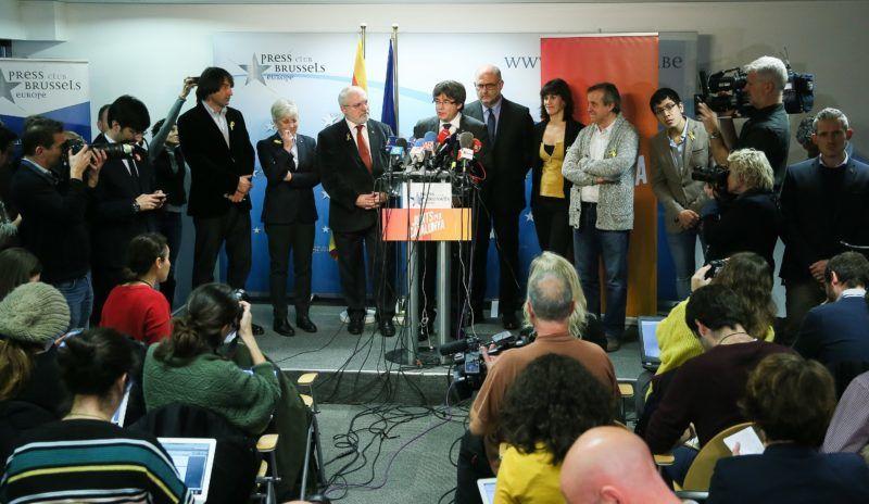 Brüsszel, 2017. december 22. Carles Puigdemont leváltott katalán elnök (elöl, k) sajtótájékoztatót tart Brüsszelben 2017. december 22-én, az elõrehozott katalán regionális parlamenti választások másnapján. Puigdemont kijelentette, hogy kész találkozni Mariano Rajoy spanyol kormányfõvel Spanyolországon kívül az Európai Unió bármelyik tagállamában. (MTI/EPA/Stephanie Lecocq)
