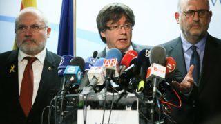 Brüsszel, 2017. december 22. Carles Puigdemont leváltott katalán elnök sajtótájékoztatót tart Brüsszelben 2017. december 22-én, az elõrehozott katalán regionális parlamenti választások másnapján. Puigdemont kijelentette, hogy kész találkozni Mariano Rajoy spanyol kormányfõvel Spanyolországon kívül az Európai Unió bármelyik tagállamában. (MTI/EPA/Stephanie Lecocq)