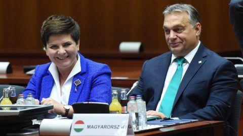 Brüsszel, 2017. október 20. Beata Szydlo lengyel kormányfõ (b) és Orbán Viktor miniszterelnök az Európai Unió kétnapos brüsszeli csúcstalálkozójának második napi ülésén, 2017. október 20-án. (MTI/PAP/Radoslaw Pietruszka)