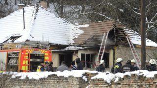 Pilisszentiván, 2017. december 2. Tûzoltók dolgoznak egy pilisszentiváni családi háznál 2017. december 2-án, miután az épületben tûz keletkezett. A lakástûzben egy ember meghalt. MTI Fotó: Mihádák Zoltán