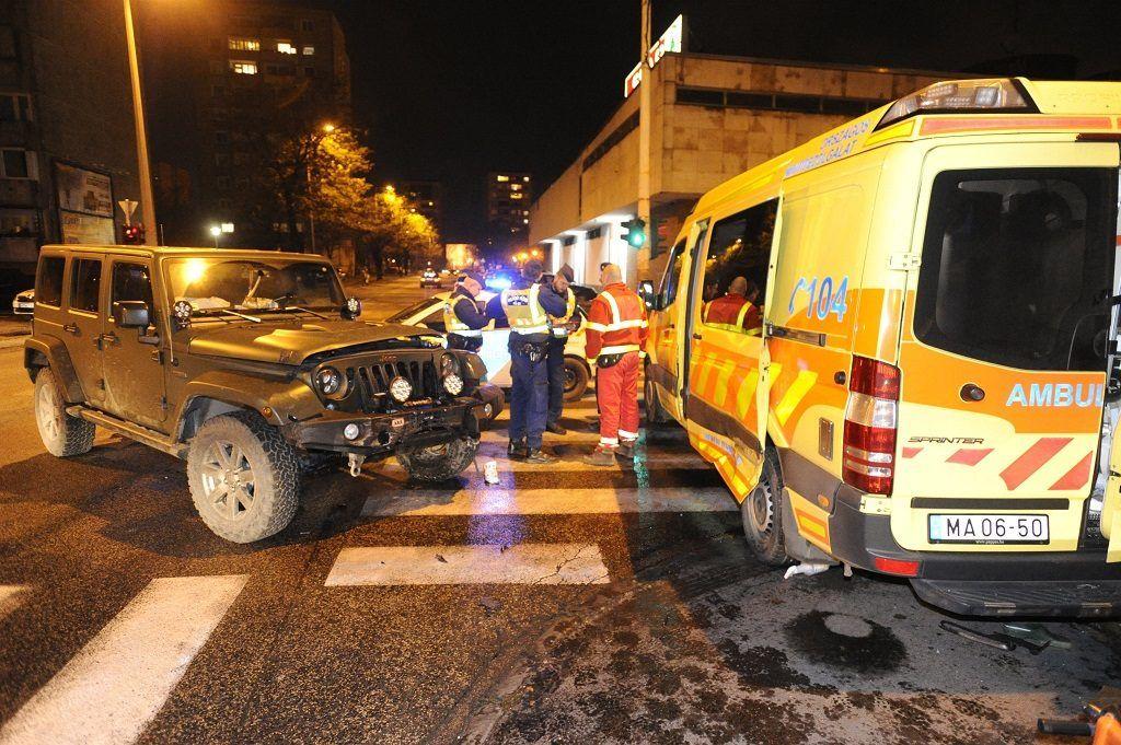 Budapest, 2017. november 30. Mentõautó és terepjáró ütközésük után Csepelen, a Görgey Artúr téren 2017. november 30-án. A balesetben hárman megsérültek. MTI Fotó: Mihádák Zoltán