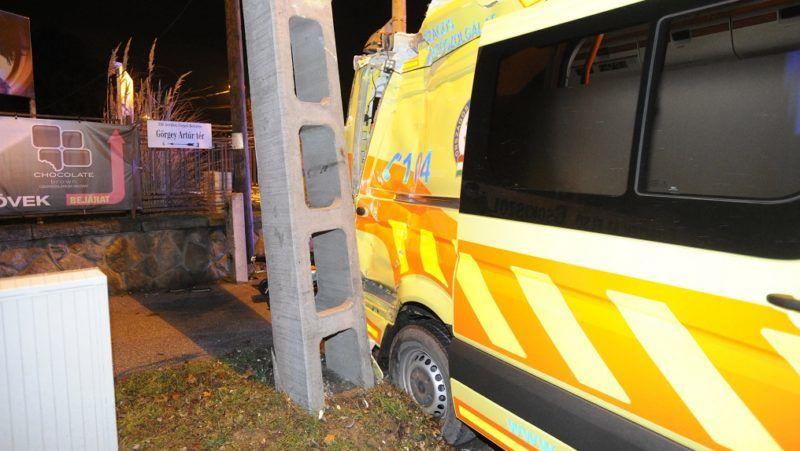 Budapest, 2017. november 30. Sérült mentõautó, miután terepjáróval ütközött Csepelen, a Görgey Artúr téren 2017. november 30-án. A balesetben hárman megsérültek. MTI Fotó: Mihádák Zoltán
