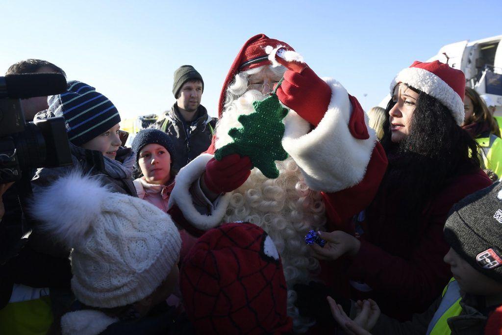 Budapest, 2017. december 1. Gyerekek fogadják Joulupukkit, a lappföldi Mikulást Budapesten, a Liszt Ferenc-repülõtéren 2017. december 1-jén. MTI Fotó: Kovács Tamás