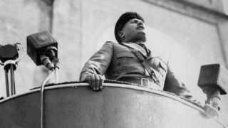 Mussolini lors d'un discours ŕ Milan.     HRL-602234