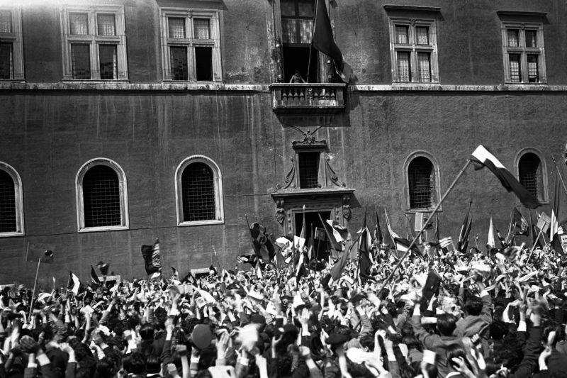 Rome le 06/05/1936 Guerre en Afrique Orientale (Ethiopie). Le Duce Benito Mussolini observe les manifestations de joie des etudiants romains suite a la conquete d'Addis Abeba depuis le balcon du Palais de Venise (Palazzo Venezia). ©Farabola/Leemage
