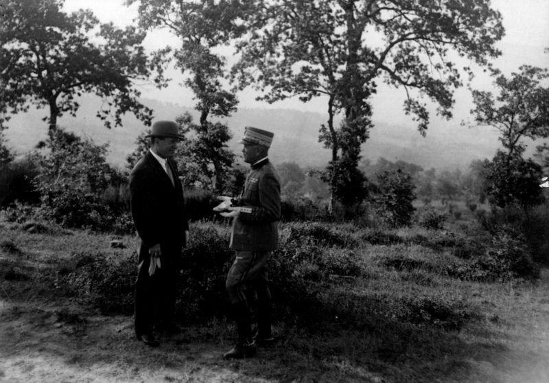 Le chef du parti fasciste Benito Mussolini (1883-1945) (Duce) en discussion avec le general Pietro Badoglio (1871-1956)  ©Delius/Leemage