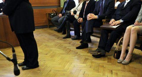 Budapest, 2013. március 20. Az elsõrendû vádlott (b) áll a bíróság elõtt az õssejtügyként ismert büntetõper tárgyalásán, mögötte vádlott-társai a Fõvárosi Törvényszéken 2013. március 20-án. Az ügyészség szerint a vádlottak 2007-2008-ban haszonszerzés céljából, részben engedély nélkül végeztek õssejtkezeléseket, ennek során megtévesztették a hozzájuk forduló gyógyíthatatlan betegeket a kezelés várható eredményét illetõen, és tõlük több millió forintot, illetve több tízezer dollárt vagy eurót kértek. MTI Fotó: Kovács Attila