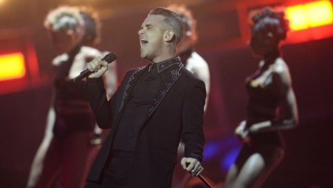 LONDON, ENGLAND - FEBRUARY 22:  EDITORIAL USE ONLY. Robbie Williams performs on stage at The BRIT Awards 2017 at The O2 Arena on February 22, 2017 in London, England.  (Photo by Dave J Hogan/Getty Images)
