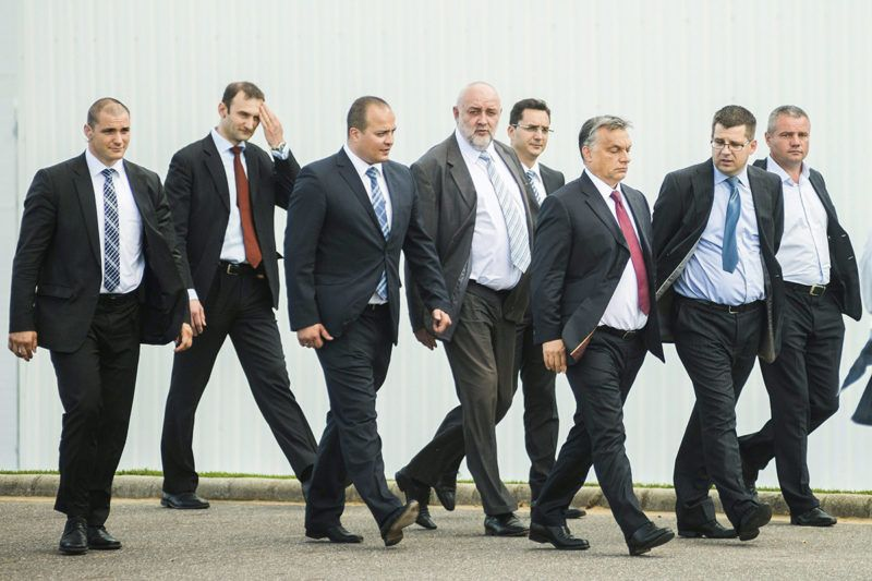 Kisvárda, 2014. július 3.Orbán Viktor miniszterelnök (j3), Seszták Miklós nemzeti fejlesztési miniszter (j2), Bárány Péter tulajdonos (b3) és Tilki Attila fideszes országgyűlési képviselő (j5) a baromfitenyésztéssel, -vágással és -feldolgozással foglalkozó Master Good Cégcsoport korszerűsített és bővítet kisvárdai üzemének avatásán 2014. július 3-án.MTI Fotó: Balázs Attila