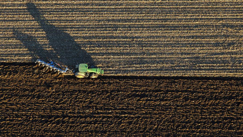 Rigyác, 2015. november 12.Traktor szánt a Zala megyei Rigyác közelében 2015. november 12-én.MTI Fotó: Varga György