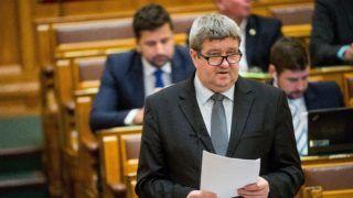Budapest, 2017. november 27. Tállai András, a Nemzetgazdasági Minisztérium parlamenti államtitkára, a Nemzeti Adó- és Vámhivatal (NAV) vezetõje kérdésre válaszol az Országgyûlés plenáris ülésén 2017. november 27-én. MTI Fotó: Balogh Zoltán