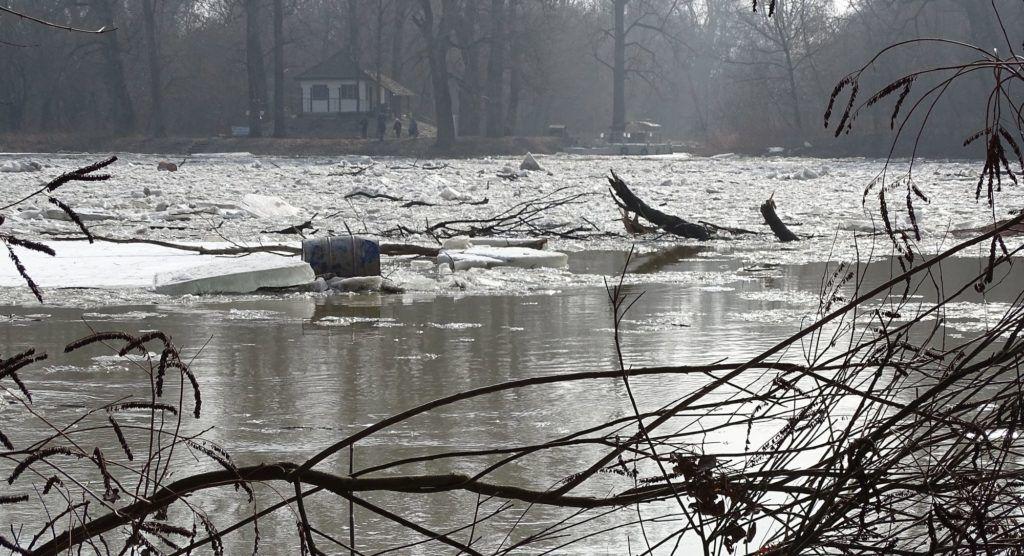 Tiszakécske, 2017. február 18. A Tiszakécske és Tiszabög térségében felgyülemlett, a tiszai árhullámmal meginduló jég 2017. február 18-án. Már csak a Tiszán van harmadfokú árvízvédelmi készültség, összesen 292 kilométeren, a jégtorlasz aktuális helyzete miatt. MTI Fotó: Donka Ferenc