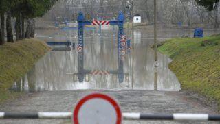 Tiszadob, 2017. december 18. Az áradó Tisza egy tiszadobi pontonhídnál 2017. december 18-án. Az Országos Vízjelzõ Szolgálat számításai alapján a következõ hat napban az elsõfokú készültségi szintet meghaladó vízállás várható a Túron és a Tiszán, valamint a másodfokú készültségi szintet meghaladó a Bodrogon, illetve azt elérõ a Fekete-Körösön, valamint a Tisza tokaji szelvényénél. MTI Fotó: Czeglédi Zsolt