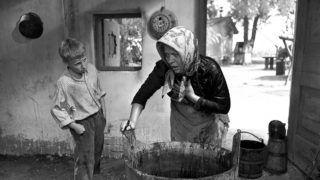 Magyarország, 1979. július 12.Olvasztó Imre (Regős Bendegúz) és Horváth Teri (Banya) az Indul a bakterház című tv-film egy jelenetében. A felvétel készítésének pontos dátuma és helyszíne ismeretlen.MTV Fotó: Sárközi Ágnes