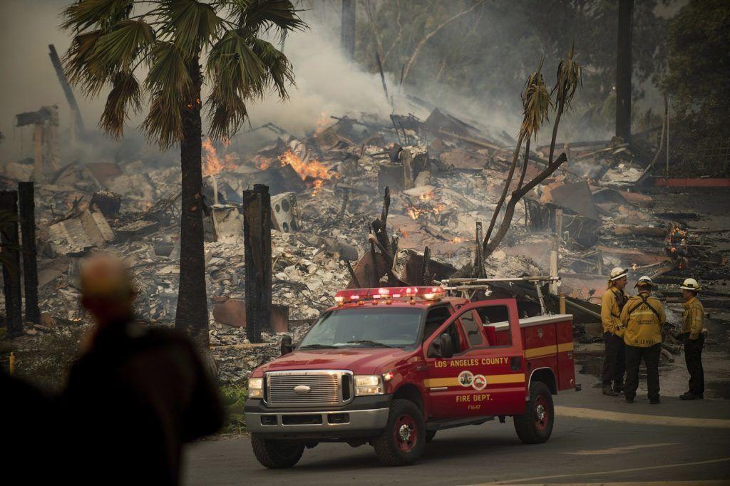 Ventura megye, 2017. december 5. Tûzoltók a kaliforniai Ventura megyében pusztító erdõtûzben leégett lakóépületek egyikénél 2017. december 5-én. Fél nap alatt több mint 12 ezer hektár vált a lángok martalékává és 25 ezer embernek kellett elhagynia az otthonát. (MTI/AP/Noah Berger)