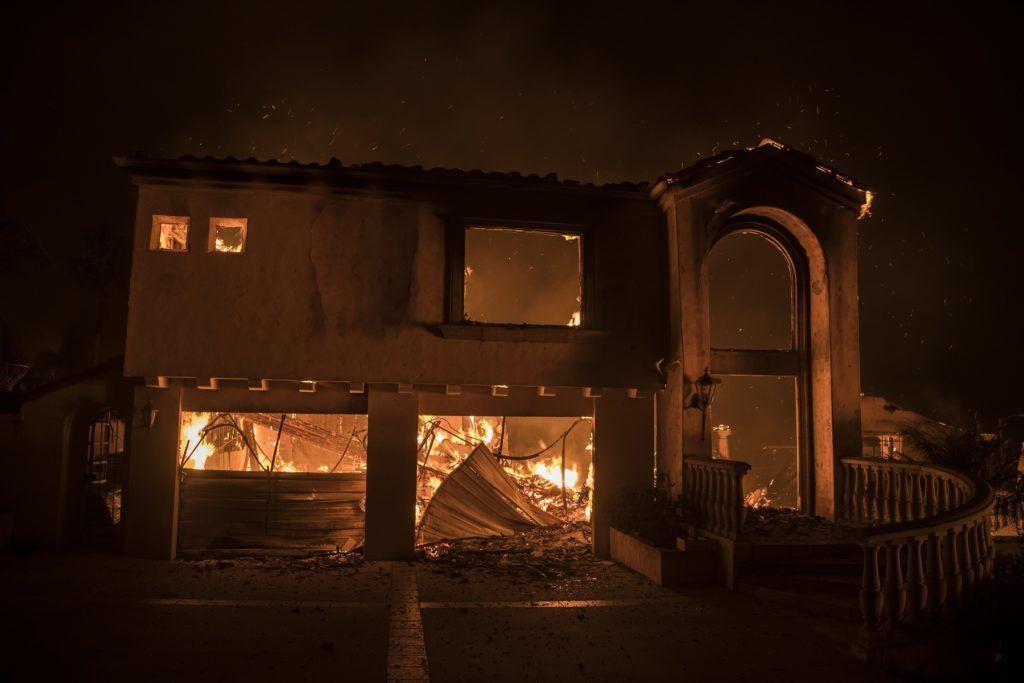 Ventura, 2017. december 5. A kaliforniai Ventura megyében pusztító erdõtûz perzseli az épületek egyikét 2017. december 5-én. Fél nap alatt több mint 12 ezer hektár vált a lángok martalékává és 25 ezer embernek kellett elhagynia az otthonát. (MTI/EPA/John Cetrino)