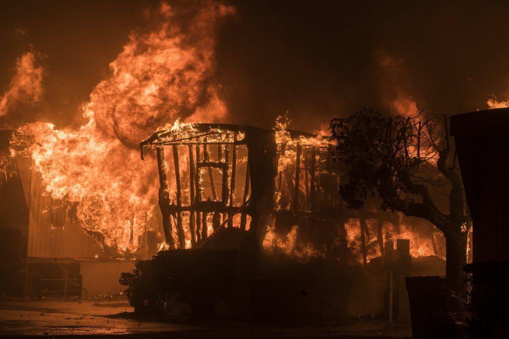 Santa Paula, 2017. december 5. Lakóbuszt perzsel fel a kaliforniai Ventura megyében pusztító erdõtûz Santa Paulánál 2017. december 5-én. Fél nap alatt több mint 12 ezer hektár vált a lángok martalékává és 25 ezer embernek kellett elhagynia az otthonát. (MTI/EPA/John Cetrino)